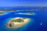 嘉比島と安慶名敷島など慶良間諸島とボートの空撮