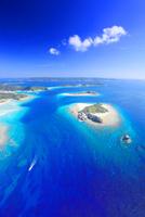 嘉比島など慶良間諸島とボートの空撮