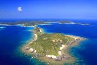 安室島と座間味島など慶良間諸島の空撮