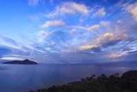 朝の海と虹と屋嘉比島と渡名喜島