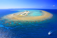 ナガンヌ島とクルーザーと慶良間諸島遠望