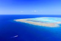ナガンヌ島の珊瑚礁とクルーザー