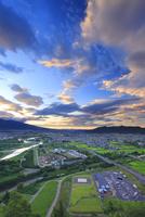 朝焼けの千曲公園から望む千曲川と上田市街と上田原古戦場