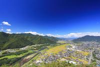 和合城跡から望む坂城町の街並みと冠着山などの山並みと千曲川