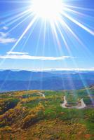 乗鞍岳位ヶ原の紅葉と穂高連峰と槍ヶ岳と太陽の光芒
