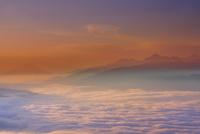朝の高ボッチ高原から望む南アルプスと富士山と雲海