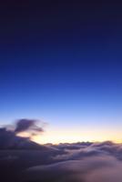 三笠山から望む木曽駒ヶ岳方向の流れ動く雲海 22320040736| 写真素材・ストックフォト・画像・イラスト素材|アマナイメージズ