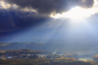 九蔵峠から望む南西方向の夕日の光芒