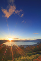 立石公園から望む諏訪湖と夕日とハートの夕焼け雲