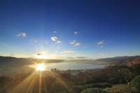 立石公園から望む諏訪湖と夕日 22320040771| 写真素材・ストックフォト・画像・イラスト素材|アマナイメージズ