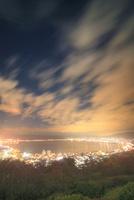 立石公園から望む諏訪湖夜景と流れる雲