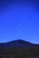 つつじヶ原南端から望む浅間山と黎明の星空 22320040803| 写真素材・ストックフォト・画像・イラスト素材|アマナイメージズ