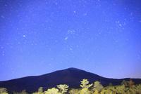 つつじヶ原南端から望む浅間山と黎明の星空 22320040804| 写真素材・ストックフォト・画像・イラスト素材|アマナイメージズ