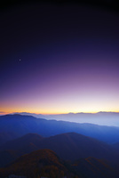 王ヶ鼻から望む中央アルプスなどの山並みと薄暮の月