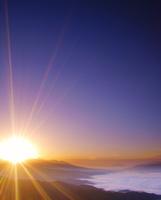 高ボッチ高原から望む富士山と雲海と八ケ岳から昇る朝日