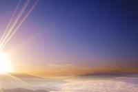 高ボッチ高原から望む南アルプスなどの山並みと朝日の光芒 22320040857| 写真素材・ストックフォト・画像・イラスト素材|アマナイメージズ