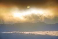 高ボッチ高原から望む八ケ岳と朝日と雲海 22320040859| 写真素材・ストックフォト・画像・イラスト素材|アマナイメージズ