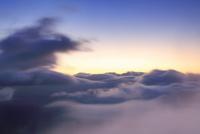 朝の三笠山から望む木曽駒ヶ岳方向の流れ動く雲と雲海
