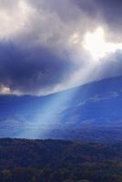 九蔵峠から望む南西方向の夕日の光芒 22320040909| 写真素材・ストックフォト・画像・イラスト素材|アマナイメージズ