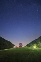 太陽の丘公園の球体状多面体のオブジェと星空