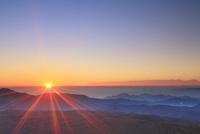 小浅間山から望む鼻曲山などの山並みと朝日 22320040923| 写真素材・ストックフォト・画像・イラスト素材|アマナイメージズ