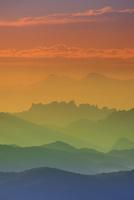 朝の小浅間山から望む妙義山などの山並み 22320040925| 写真素材・ストックフォト・画像・イラスト素材|アマナイメージズ