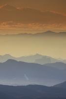朝の小浅間山から望む軽井沢方向の大烏帽子などの山並み 22320040926| 写真素材・ストックフォト・画像・イラスト素材|アマナイメージズ