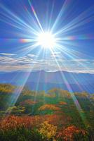 乗鞍岳位ヶ原の紅葉と八ケ岳方向の山並みと太陽の光芒 22320040948| 写真素材・ストックフォト・画像・イラスト素材|アマナイメージズ