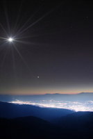 武石峰から望む乗鞍岳と御嶽山と松本市街夜景と月