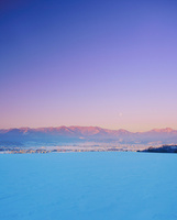 東山観光農園から望む雪原と塩田平と朝の月
