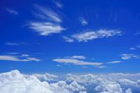 剣ケ峰から望む相模湾方向の雲海とすじ雲