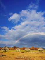 秋の大湯環状列石と午後の虹 22320040983| 写真素材・ストックフォト・画像・イラスト素材|アマナイメージズ