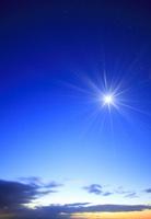 大黒森から望む東の黎明の星空と月の光芒 22320041099| 写真素材・ストックフォト・画像・イラスト素材|アマナイメージズ