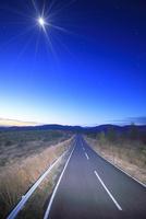 大黒森から望む南東方向の黎明の空と月と道路とススキ 22320041112| 写真素材・ストックフォト・画像・イラスト素材|アマナイメージズ
