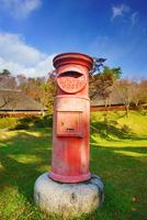 タプコプ創遊村の郵便ポストと古民家 22320041284| 写真素材・ストックフォト・画像・イラスト素材|アマナイメージズ