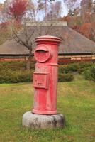タプコプ創遊村の郵便ポストと古民家 22320041286| 写真素材・ストックフォト・画像・イラスト素材|アマナイメージズ