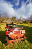 タプコプ創遊村の旧型の消防車と古民家 22320041314| 写真素材・ストックフォト・画像・イラスト素材|アマナイメージズ