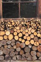 タプコプ創遊村の古民家の薪 22320041320| 写真素材・ストックフォト・画像・イラスト素材|アマナイメージズ
