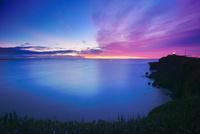 霧多布岬と朝焼けと昆布漁の漁船 22320041359| 写真素材・ストックフォト・画像・イラスト素材|アマナイメージズ