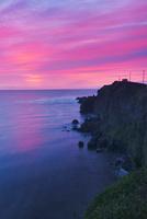 霧多布岬と朝焼けと昆布漁の漁船 22320041360| 写真素材・ストックフォト・画像・イラスト素材|アマナイメージズ