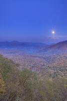 峰越林道から望むブナ林の樹海と大平山などの山並みと薄暮の満月 22320041382| 写真素材・ストックフォト・画像・イラスト素材|アマナイメージズ