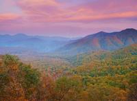 峰越林道から望むブナの樹海と大平山などの山並みと夕焼けと満月 22320041384| 写真素材・ストックフォト・画像・イラスト素材|アマナイメージズ