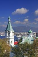 ハリストス正教会と函館港遠望 22320041453| 写真素材・ストックフォト・画像・イラスト素材|アマナイメージズ