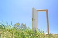 芝の上のドア 22321021527| 写真素材・ストックフォト・画像・イラスト素材|アマナイメージズ