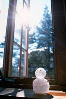 窓辺に置いた雪だるま 22321022298| 写真素材・ストックフォト・画像・イラスト素材|アマナイメージズ