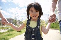 家族と散歩する女の子 22321022574| 写真素材・ストックフォト・画像・イラスト素材|アマナイメージズ