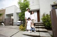 玄関前に立つ家族