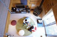 リビングで本を読む夫婦 22321023143| 写真素材・ストックフォト・画像・イラスト素材|アマナイメージズ