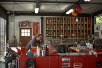 休日にガレージでバイクを整備する男性