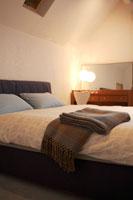 寝室のベッド 22321023221| 写真素材・ストックフォト・画像・イラスト素材|アマナイメージズ